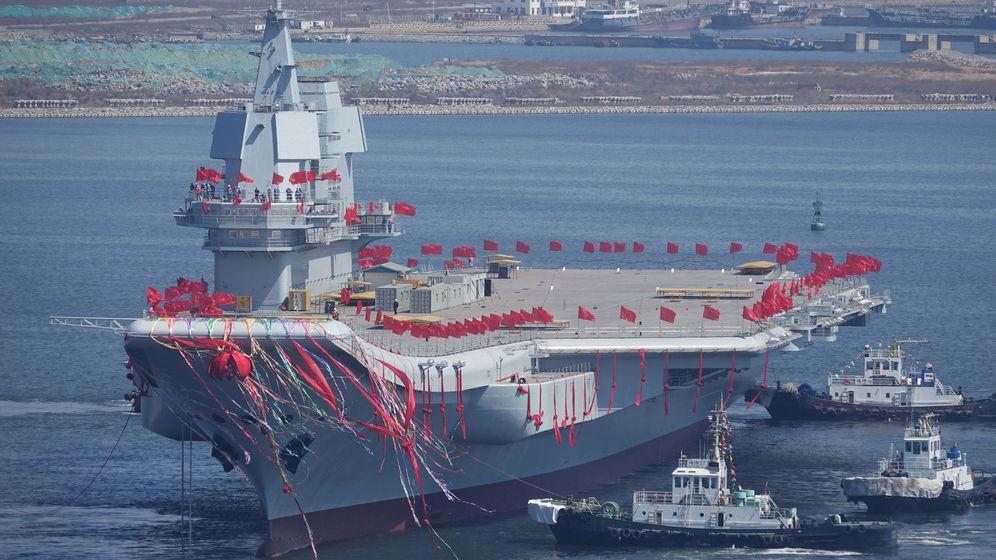 Foto: El segundo portaaviones chino, el 001A, en su lanzamiento al agua en el astillero de Dalian (Reuters)