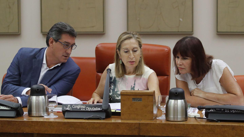 La presidenta del Congreso, Ana Pastor, y los vicepresidentes Ignacio Prendes y Micaela Navarro. (EFE)