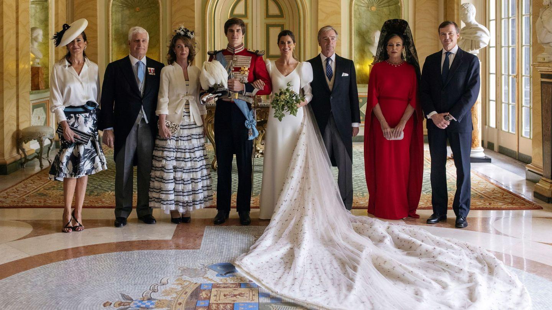 Carlos Fitz-James Stuart y Belén Corsini junto al duque de Alba, Mónica de Lacalle, Juan Carlos Corsini , los duques de Calabria y Matilde Solís en el Palacio de Liria. (EFE)