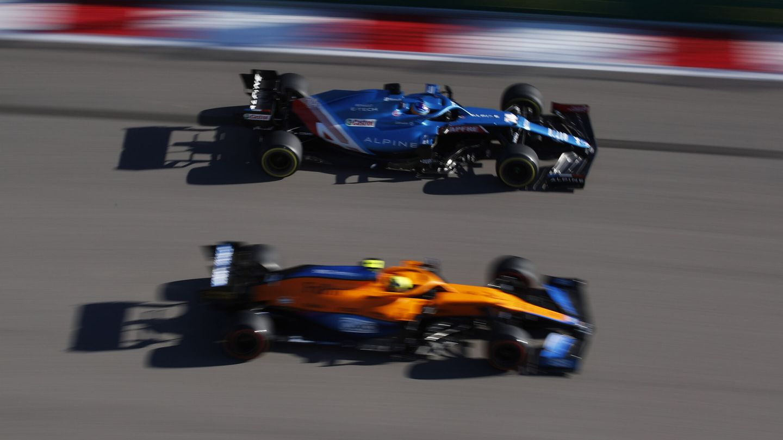 Fernando Alonso rueda con su Alpine en Sochi. (Reuters)
