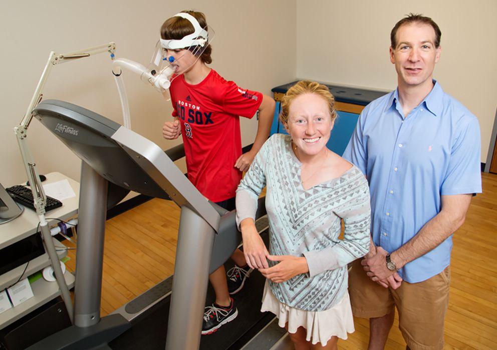 Foto: Laura Chaddock-Heyman y Chuck Hillman junto a uno de los participantes. (L. Brian Stauffer)
