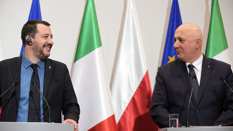 El ministro de Interior polaco, Joachim Brudzinski (d), y el viceprimer ministro italiano, Matteo Salvini (i), ofrecen una rueda de prensa conjunta en Varsovia (Polonia)