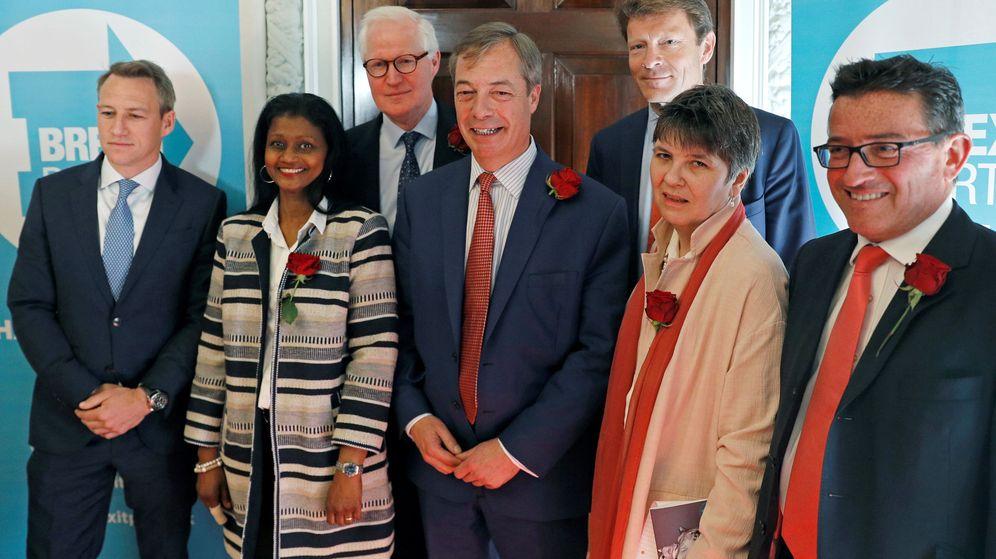 Foto: Lance Forman, a la derecha de Nigel Farage y restos de candidatos del Brexit Party. (Reuters)
