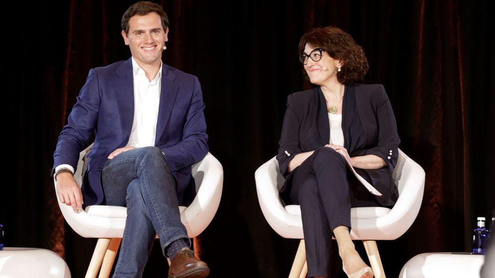 Foto: Albert Rivera, junto a Soraya Rodríguez, este 2 de abril en el teatro Goya de Madrid. (EFE)