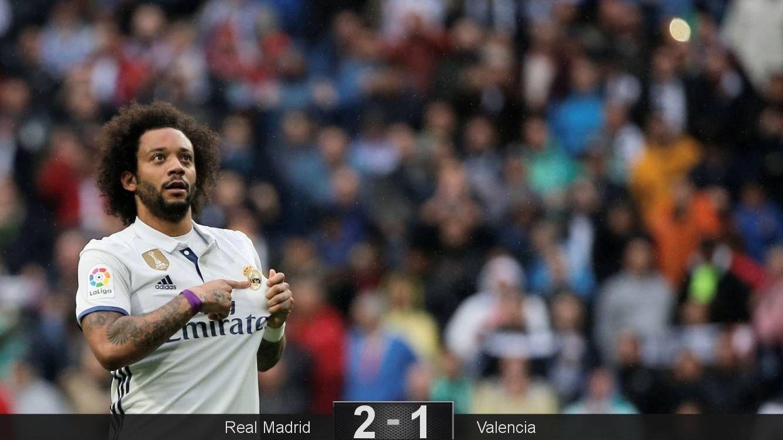 Foto: Marcelo se señala el escudo tras marcar el gol de la victoria contra el Valencia. (Reuters)