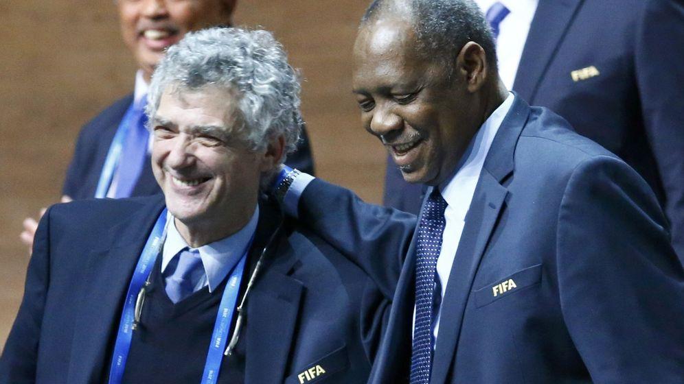 Foto: Ángel María Villar y el camerunés Issa Ayatou, durante un acto de la FIFA. (REUTERS)
