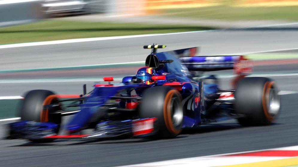 Foto: Carlos Sainz, a los mandos del Toro Rosso en Montmeló. (REUTERS)