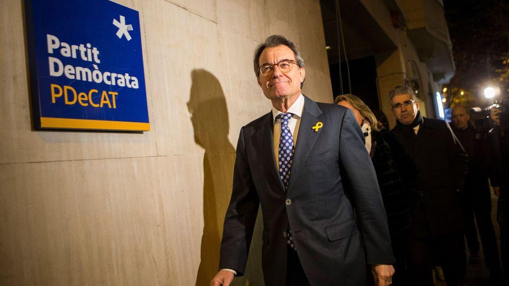 Foto:  El 'expresident' de la Generalitat y presidente del PDeCAT, Artur Mas, a su llegada a la sede del partido del que ha dimitido como presidente. (EFE)