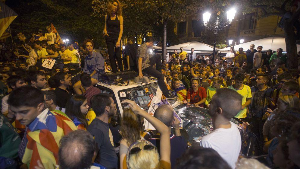 Foto: Manifestantes, ante la sede de la Conselleria de Economía el 20-S. (EFE)