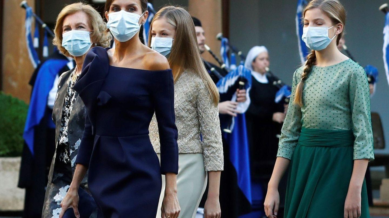 La reina Letizia, la reina Sofía, la princesa Leonor y la infanta Sofía, a su llegada a la ceremonia de entrega de los Premios Princesa de Asturias 2020. (EFE)
