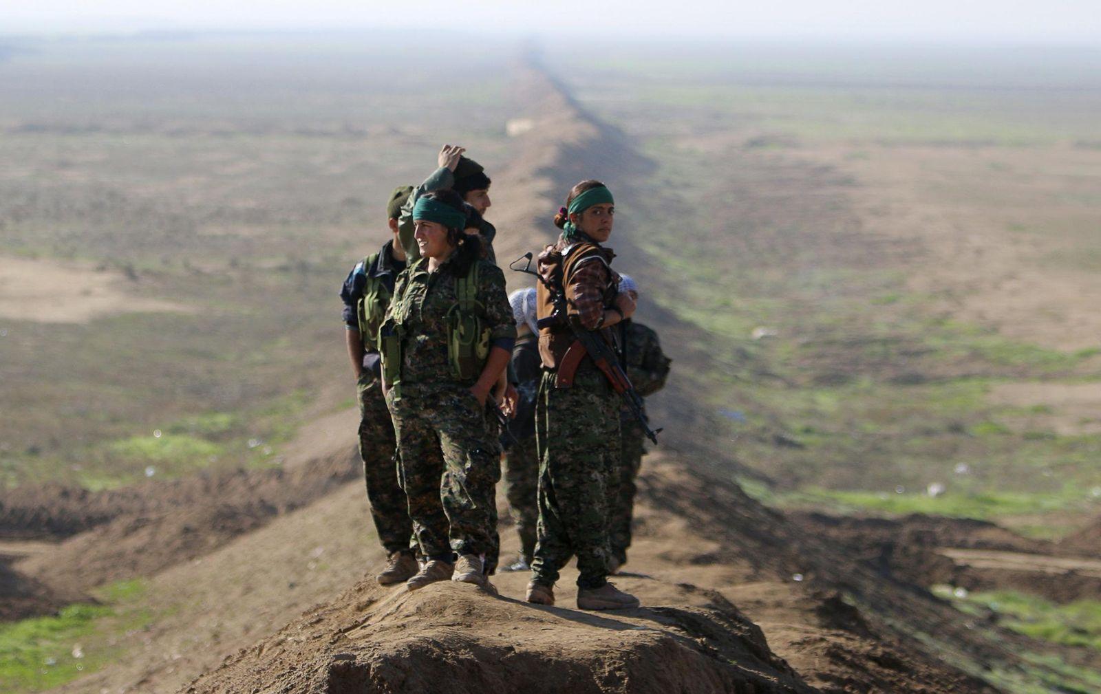 Foto: Milicianas de las YPG en la frontera entre Siria e Irak, cerca de la ciudad de Snoun, el 22 de diciembre de 2014 (Reuters).