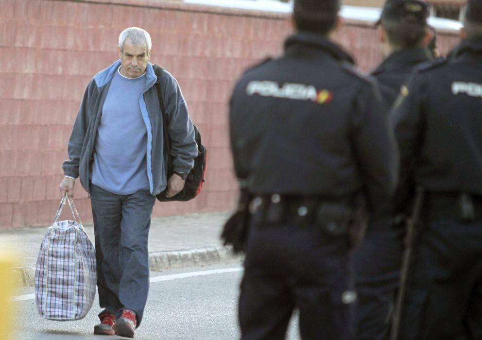 Foto: El etarra Ignacio Fernández de Larrinoa deja la cárcel de Puerto I. (Efe)