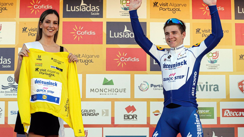 Evenepoel celebra su victoria final en La Vuelta a San Juan de Argentina. (EFE)