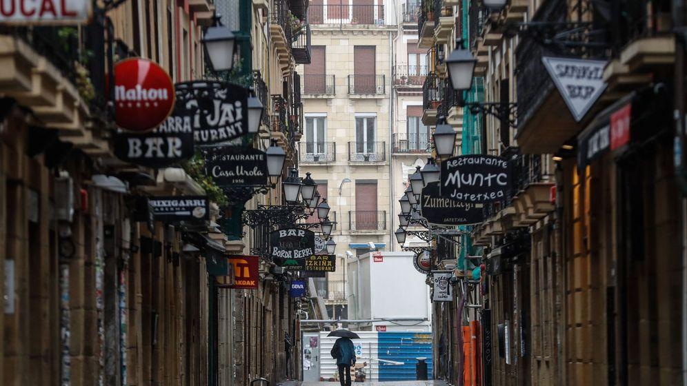 Foto: Vista de una calle de la Parte Vieja de San Sebastián casi desierta por el coronavirus. (EFE)