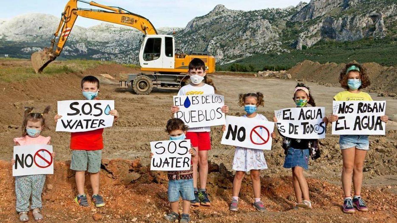 Los vecinos de Antequera logran paralizar las polémicas obras de la embotelladora