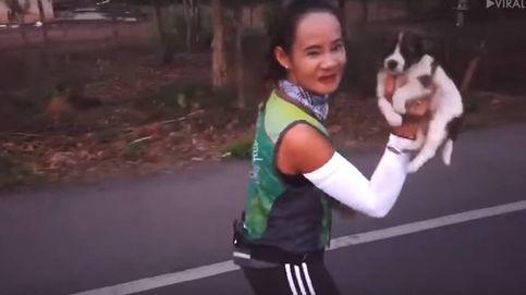 Encuentra un cachorro en mitad del maratón y lo lleva 30 kilómetros encima