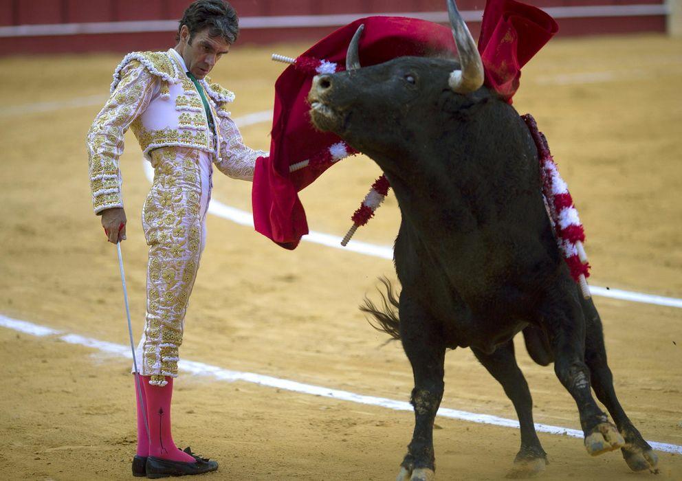 Foto: José Tomás frente al primer toro (Efe).