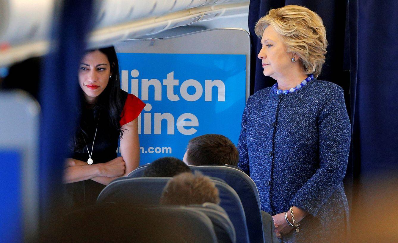 Foto: Hillary Clinton habla con su equipo, incluida Huma Abedin, en su avión de campaña (Reuters).