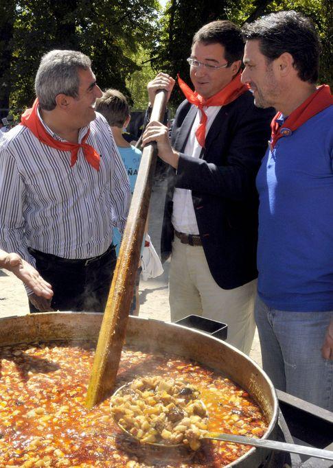 Foto: Villarubia (i), López (c) y el alcalde de La Granja, Vázquez (d), en la tradicional judiada en el real sitio de San Ildefonso en 2012. (Efe)