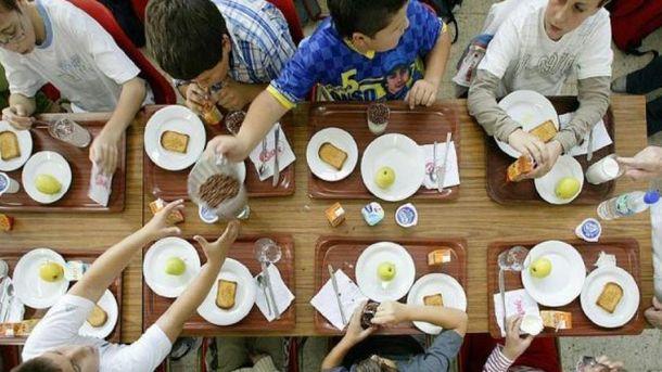 Foto: Niños comiendo el postre en un comedor escolar.