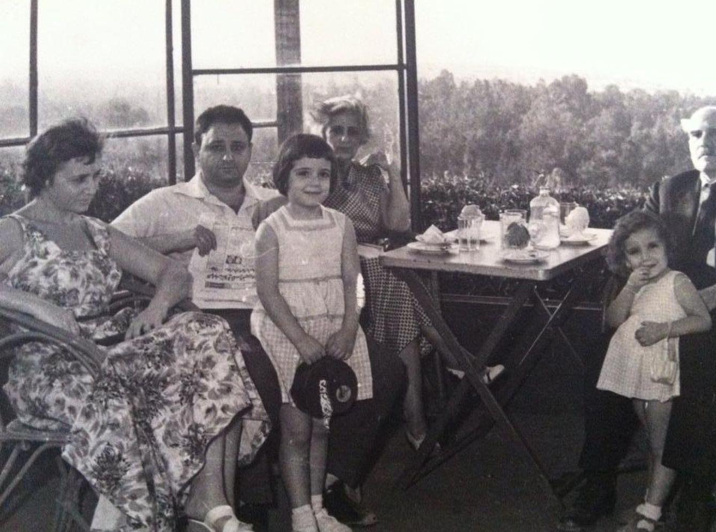 Foto: La familia Haroun en una casa en Giza, cerca de las pirámides, a final de la década de los 40. Magda Haroun, la más pequeña de las niñas (Fotografía: Magda Haroun).