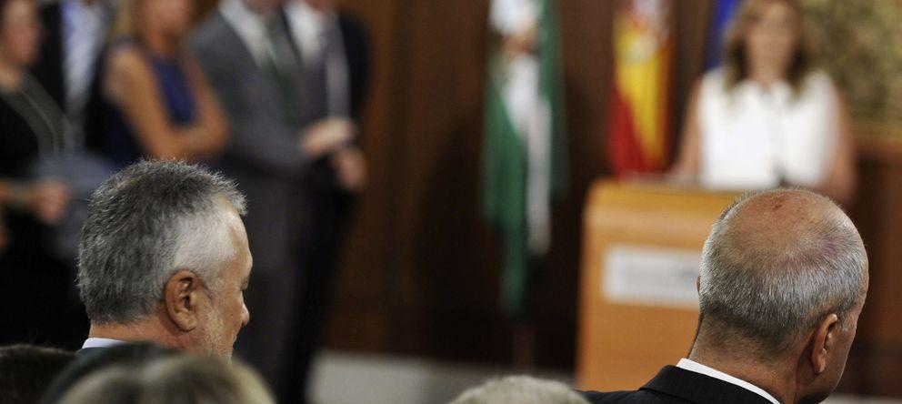 Foto: Susana Díaz toma de posesión de su cargo como presidenta de la Junta  en presencia de los dos expresidentes José Antonio Griñán (i), y Manuel Chaves (EFE)