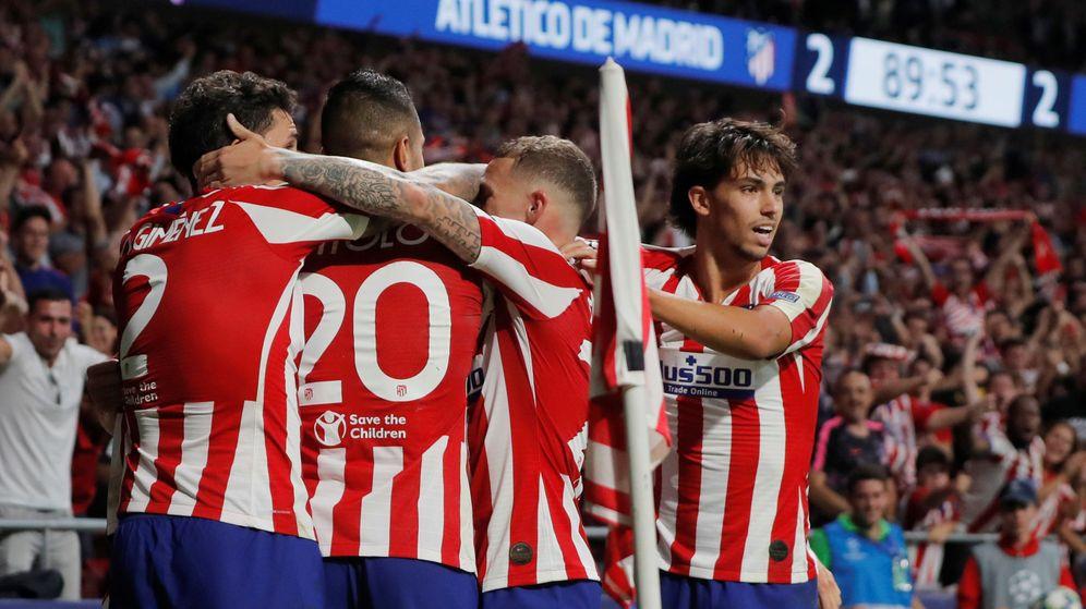 Foto: Los jugadores del Atleti se abrazan tras el gol de Herrera en el 89'. (EFE)