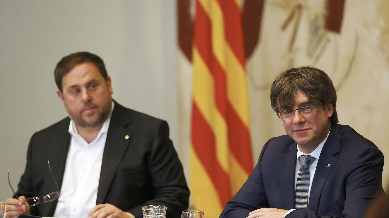 El presidente de la Generalitat, Carles Puigdemont, y su vicepresidente, Oriol Junqueras (i). (EFE)