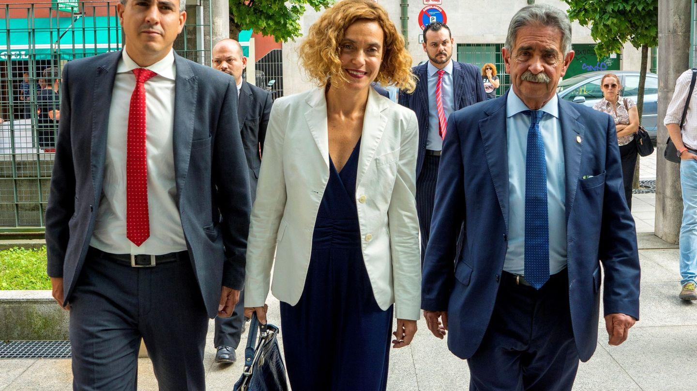 Pablo Zuloaga (i), Revilla (d) y la entonces ministra Meritxell Batet, en julio de 2018 en Santander. (EFE)