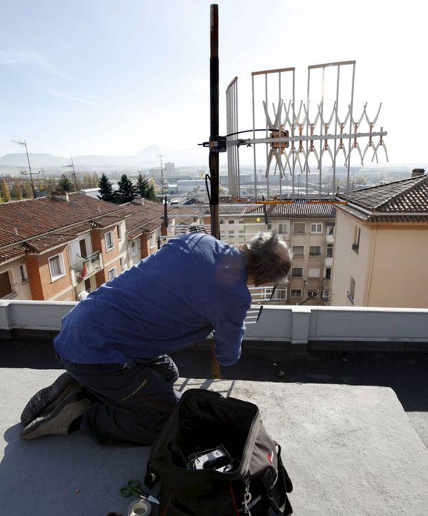 Foto: Un técnico en instalación de antenas. (EFE)