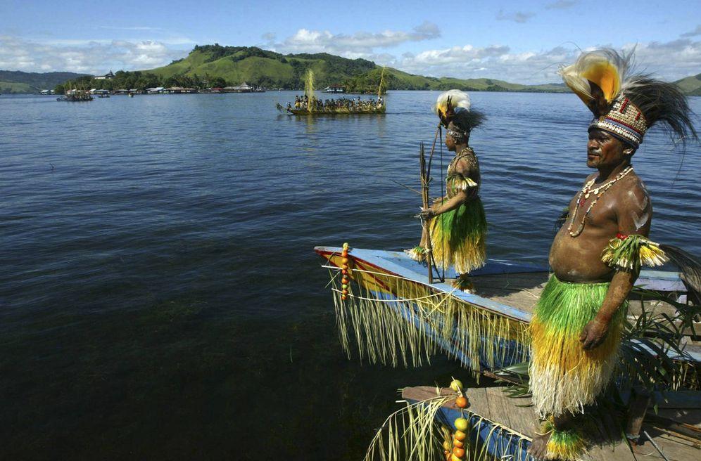 Foto: Ciudadanos de Sentani en sus botes tradicionales durante el  Sentani Lake Festival, en el pueblo de Asei, Papúa. (Reuters)