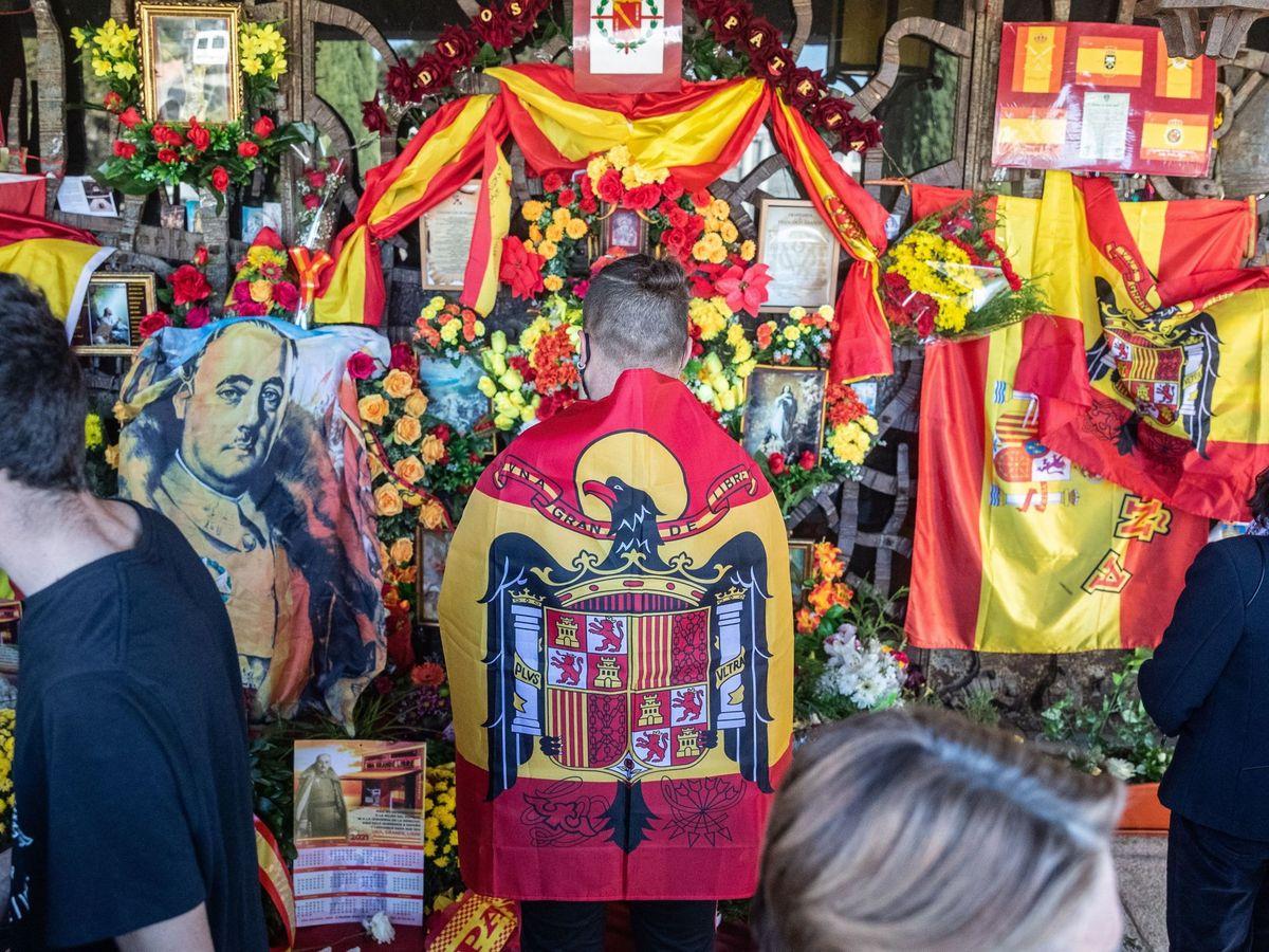 Foto: Simpatizantes y nostálgicos del franquismo visitan la tumba del dictador. (EFE)