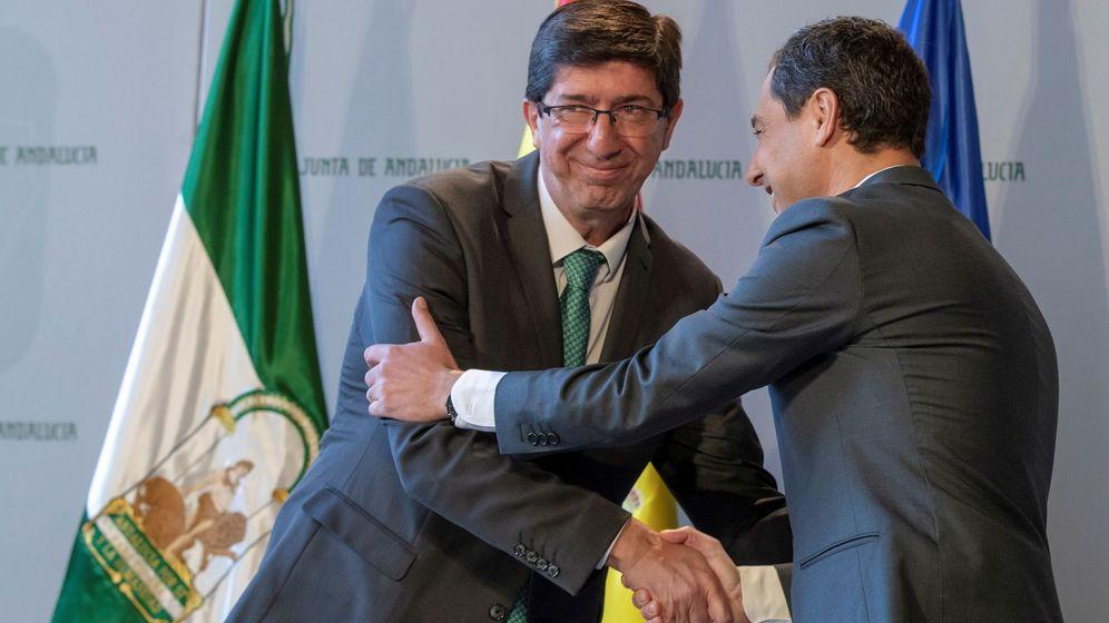 Foto: El líder de Ciudadanos en Andalucía, Juan Marín (i), durante la toma de posesión del nuevo gobierno andaluz. (EFE)
