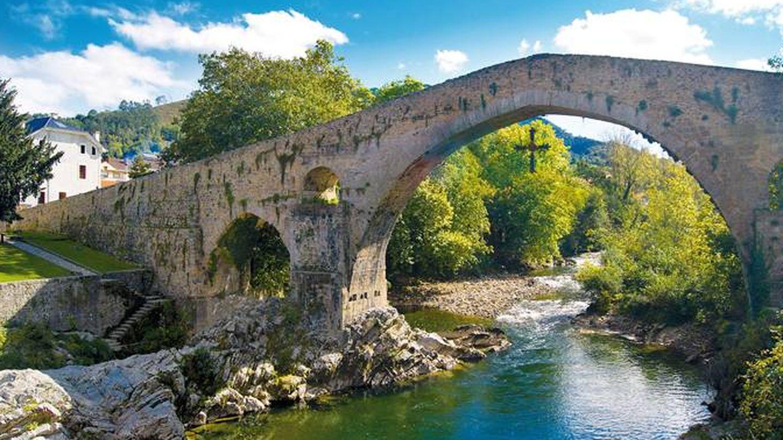 Cangas de Onís, su puente y su cruz. (Foto: Turismo de Asturias)