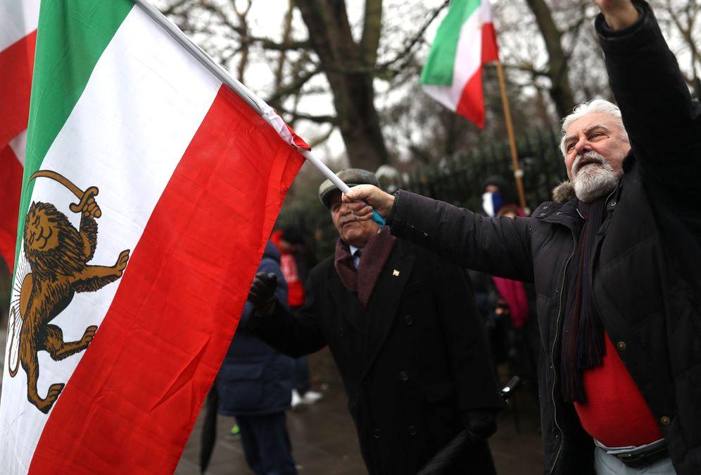 Foto: Iraníes exiliados protestan contra el régimen presidido por Hasan Rohaní frente a la embajada de Irán en Londres, el 2 de enero de 2018. (Reuters)