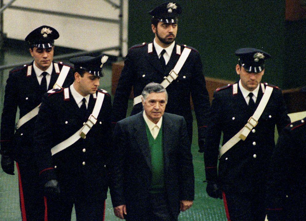 Foto: El exjefe de la Cosa Nostra Toto Riina a su llegada al tribunal en 1993. (Reuters)