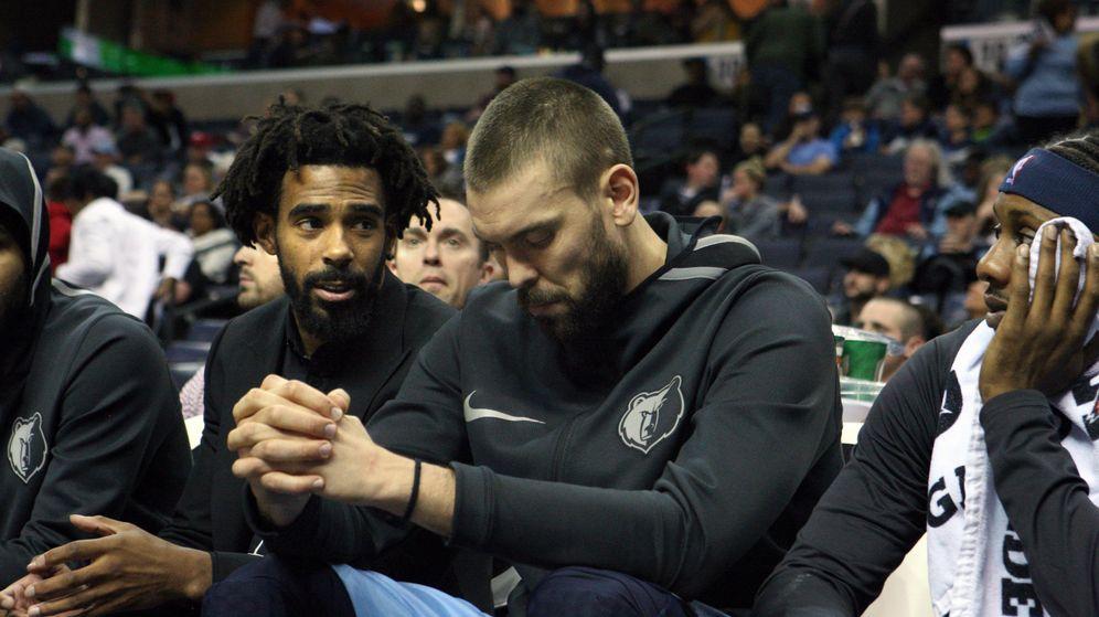 Foto: Marc Gasol sentado en el banquillo de los Memphis Grizzlies junto a Mike Conley, lesionado. (EFE)