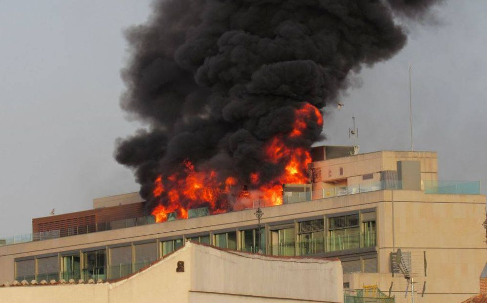Foto: Incendio en Gran Vía. (Twitter @Brucemeld)