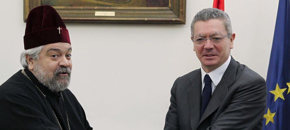Foto: Alberto Ruiz-Gallardón, junto al arzobispo ortodoxo de España y Portugal, monseñor Polykarpo. (Efe)