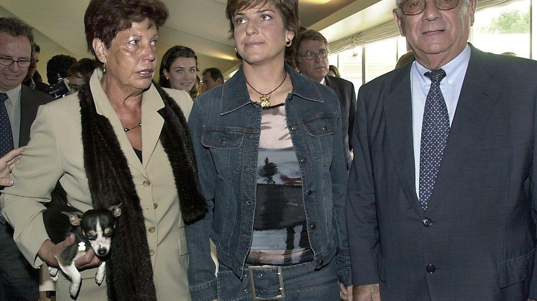 Arantxa Sánchez Vicario, con sus padres, Marisa y Emilio, en 2002. (EFE)