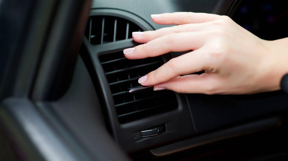 Foto: Una conductora ajusta el aire acondicionado de su coche. (iStock)