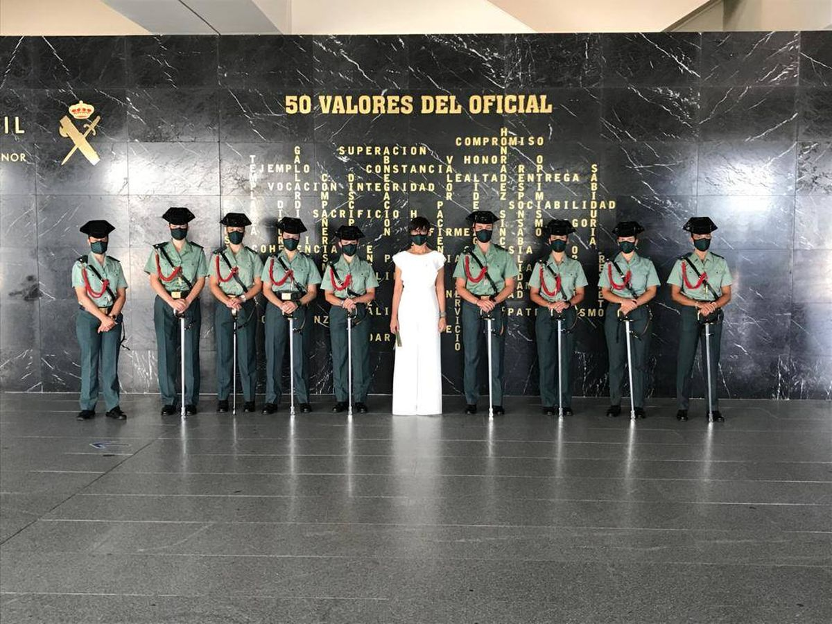 Foto: María Gámez, en el acto de despedida de la bandera de la Academia de Oficiales de la Guardia Civil. (DGGC)