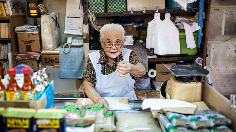 Dependienta anciana en el mercado de Makeshi en Okinawa. (iStock)