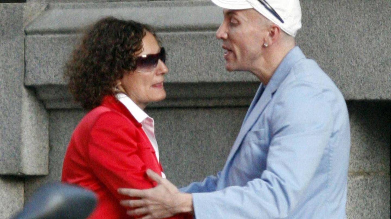 Paloma Rocasolano y Felipe Varela hablando por las calles de Madrid. (Cordon Press)