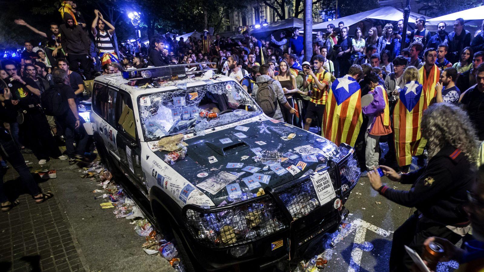 Foto: Uno de los coches de los guardias civiles que realizaban un registro con motivo del 1-O en la sede de la Conselleria de Economía de la Generalitat el 20-S. (EFE)