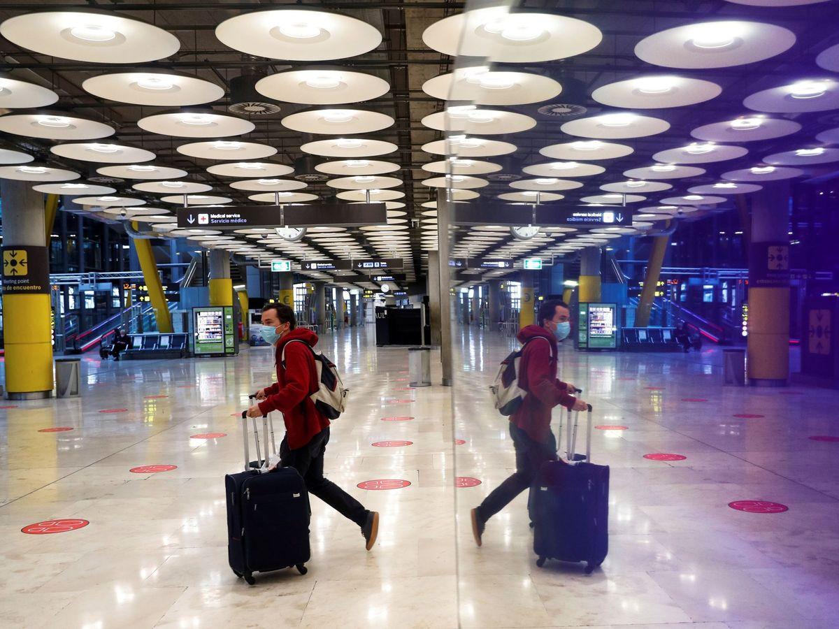 Foto: Un pasajero cruza una de las salas del aeropuerto Adolfo Suárez Madrid-Barajas. (EFE)