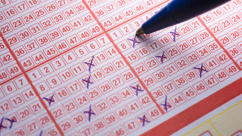 Un participante de una lotería rellena un boleto. (iStock)
