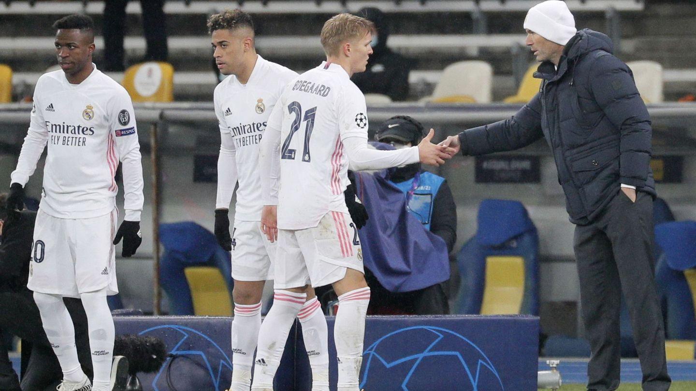 Zidane saluda a Odegaard tras sustituirle. (EFE)