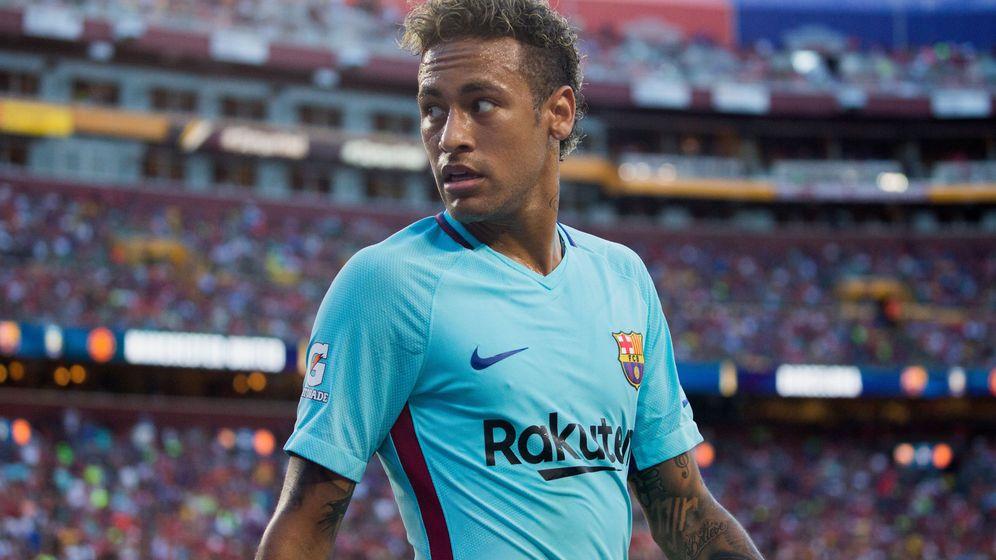 Foto: Neymar Jr. de FC Barcelona camina luego de una acción contra Manchester United. (EFE)