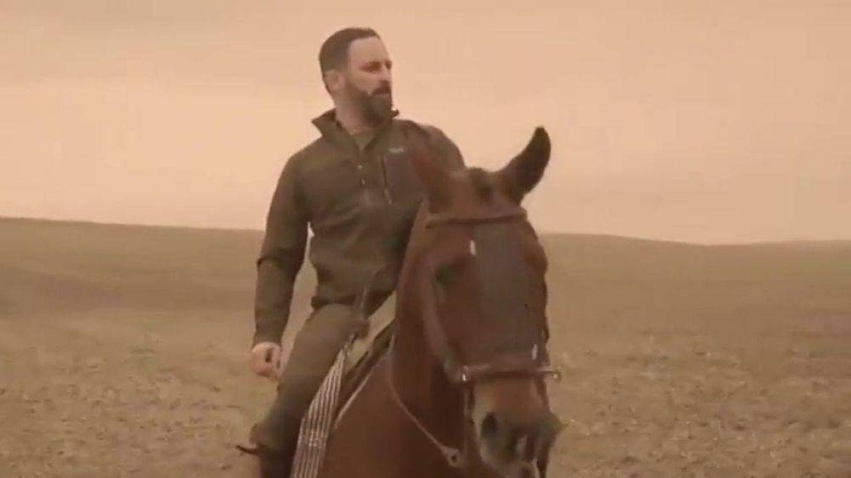 Santiago Abascal, a caballo en un vídeo propagandístico.